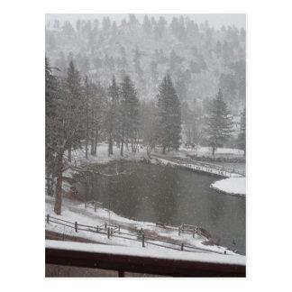 Invierno en las caídas verdes de la montaña, postal