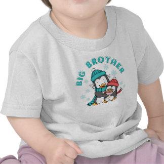 Invierno hermano mayor del pingüino camiseta