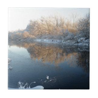 Invierno por el río azulejo cuadrado pequeño