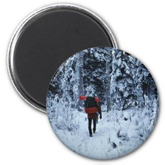 Invierno que hace excursionismo en la fauna nacion iman para frigorífico