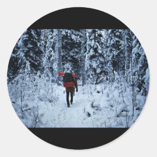 Invierno que hace excursionismo en la fauna pegatinas redondas