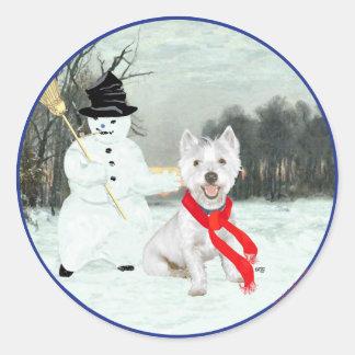 Invierno Westie con un muñeco de nieve Etiquetas Redondas