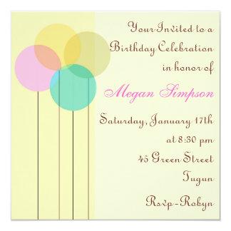 Invitación amarilla del cumpleaños del globo