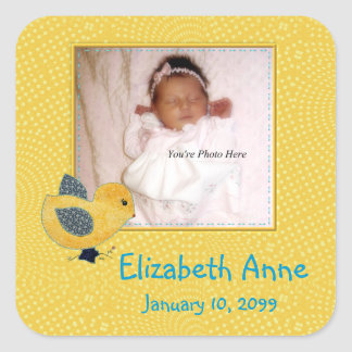 Invitación amarilla linda del nacimiento de la calcomania cuadradas personalizada