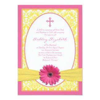 Invitación amarilla rosada del bautismo de la