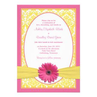Invitación amarilla rosada del boda de la margarit