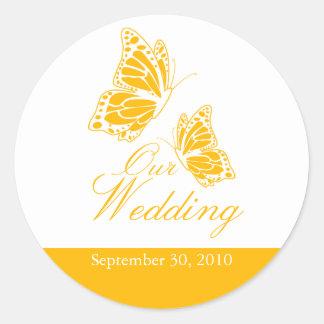 Invitación amarilla simple del boda de la mariposa pegatina redonda
