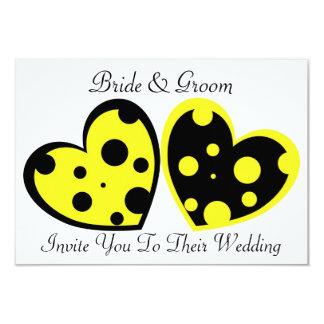 Invitación amarilla y negra de los corazones