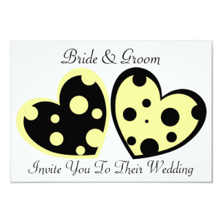 Invitación amarillo claro y negra de los corazones
