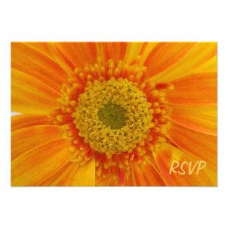 Invitación anaranjada de RSVP de la flor