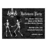 Invitación atractiva de Halloween de los esqueleto