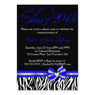 Invitación azul blanca negra de la graduación de