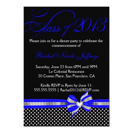 Invitación azul blanca negra de la graduación del