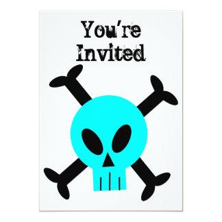 Invitación azul del cráneo y de la bandera pirata