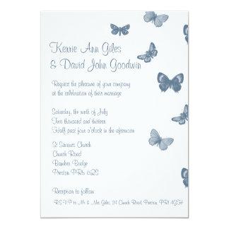 Invitación azul y blanca del boda de la mariposa