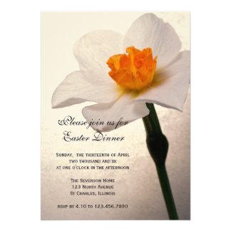 Invitación blanca de la cena de Pascua del narciso