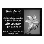 Invitación blanco y negro de la ducha del lirio invitación 12,7 x 17,8 cm