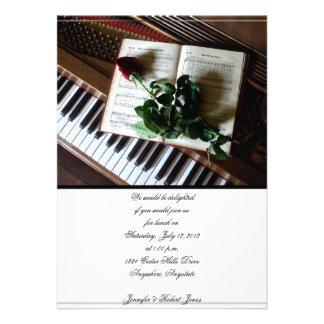 Invitación color de rosa y del piano romántica del