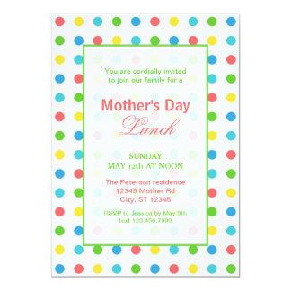 Invitación colorida del día de madre de los puntos