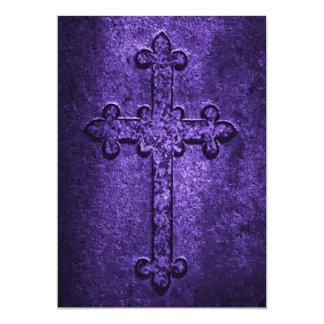 Invitación cruzada gótica del boda en púrpura