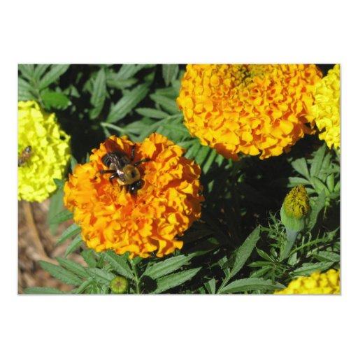 Invitación de la abeja y de la flor