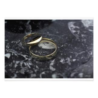 Invitación de la alianza de boda del oro amarillo