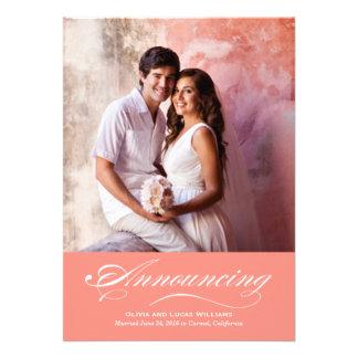 Invitación de la boda y rosa coralino de la recepc