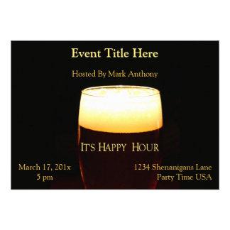 Invitación de la cerveza dorada de la hora feliz