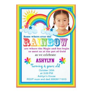Invitación de la foto de su niño del arco iris
