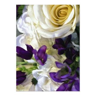 Invitación de las flores púrpuras y blancas