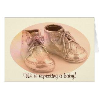 Invitación de los zapatos de bebé de DBG© Tarjeton