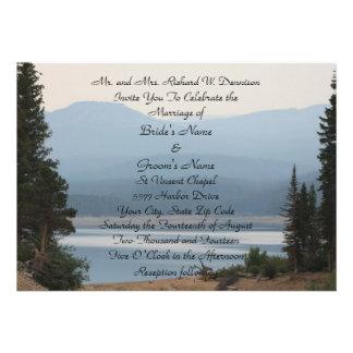Invitación del boda del lago mountain brumosa