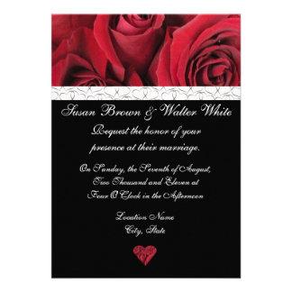 Invitación del boda del rosa rojo con los corazone