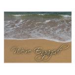 Invitación del compromiso - por la playa tarjeta postal