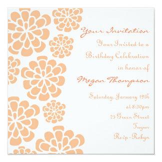 Invitación del cumpleaños de la flor anaranjada y