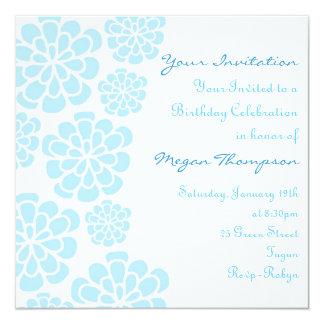 Invitación del cumpleaños de la flor azul y blanca