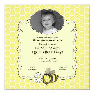 Invitación del cumpleaños de la foto de la abeja invitación 13,3 cm x 13,3cm