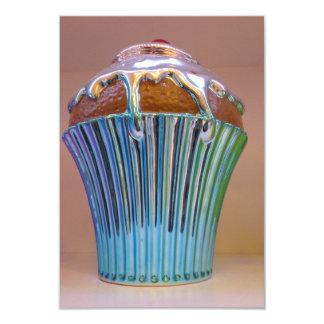 Invitación del cumpleaños de la torta de la taza