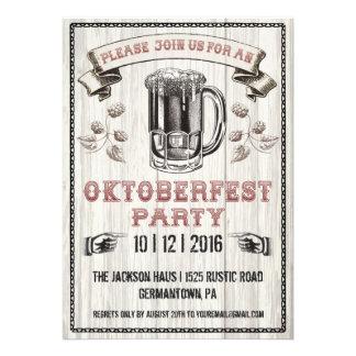 Invitación del fiesta de Oktoberfest en la madera