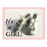 Invitación del nacimiento con botines del bebé del tarjeta postal
