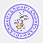 Invitación del nacimiento del muchacho pegatina redonda