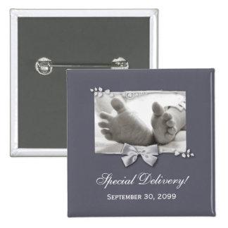 Invitación elegante del nacimiento de los pies clá pin cuadrada 5 cm
