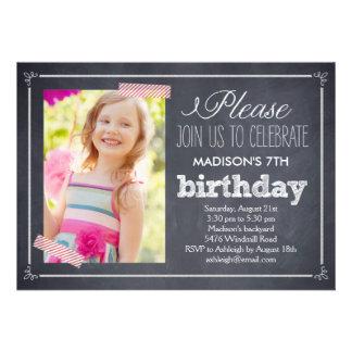 Invitación elegante marcada con tiza del cumpleaño