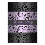 Invitación elegante púrpura y negra del cumpleaños