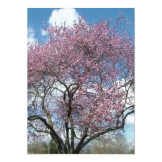 invitación en blanco, árbol floreciente de la