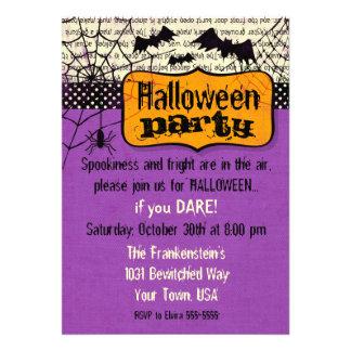 Invitación fantasmagórica de Halloween de los palo