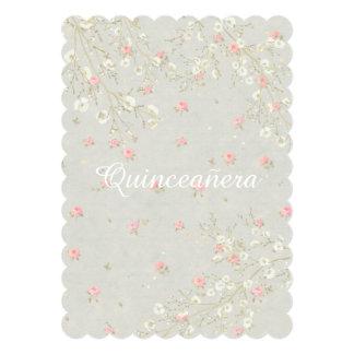 Invitación femenina floral rosada de Quinceanera
