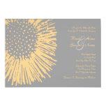 Invitación floral abstracta amarilla y gris del