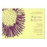 Invitación floral abstracta púrpura y amarilla del
