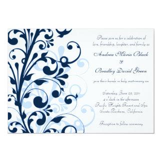 Invitación floral del azul marino y blanca del